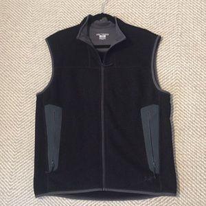 Black Arc'teryx men's covert vest with gray detail